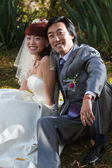 Smiling bride and groom in park (1) — Stock Photo
