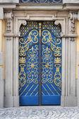 Bohatě ozdobil dveře — Stock fotografie