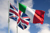Italy and Great Britain flags — Stockfoto