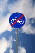 Final do sinal de estrada de trilha de moto — Fotografia Stock