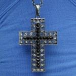 collana croce sulla camicia blu — Foto Stock