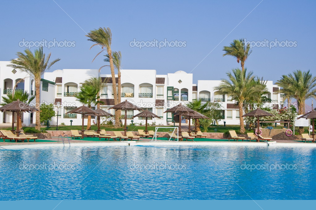 A nice vacation hotel with swimming pool — Stock Photo #3157900