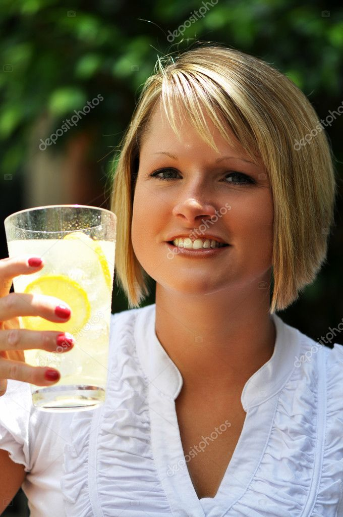 Blond woman with glass of lemonade.   — Stock Photo #3159170