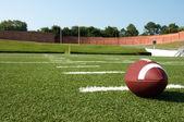 Primo piano del football americano sul campo — Foto Stock