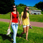 Friends walking bare foot. — Stock Photo #3343117