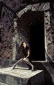 Charmante dame in zwarte jurk zittend op trap. — Stockfoto