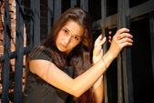 美丽的女人在门旁边的黑色. — 图库照片