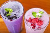Dvě čerstvé ovocné koktejly — Stock fotografie