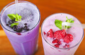 Two fresh fruit smoothies — Stockfoto
