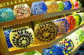Cuencos de vidrio en un puesto en el mercado — Foto de Stock
