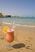 Fresh fruit drink on the beach — Stock Photo