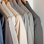 roupas penduradas em um trilho — Foto Stock