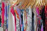 Vêtements suspendus sur un rail — Photo
