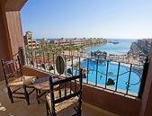 Vue sur la mer depuis un balcon de chambre d'hôtel — Photo
