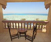 Uitzicht op zee vanaf een hotel kamer balkon — Stockfoto