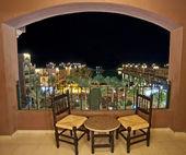 夜にホテルの部屋のバルコニーから海を見る — ストック写真
