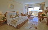 Luxe hotel slaapkamer met uitzicht op zee — Stockfoto