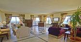 休息区的一间豪华酒店套房 — 图库照片