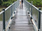 Couple cross-bridge — Stock Photo