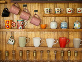 Coffee cup on wood shelf — 图库照片