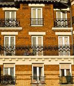 фасадные окна, балкон — Стоковое фото