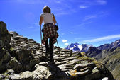 Girl rock trail — Stockfoto