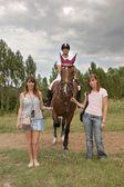 Trzy dziewczyny i konia — Zdjęcie stockowe