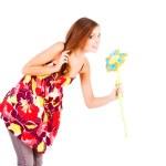 krásná okouzlující mladá dívka s květinou — Stock fotografie