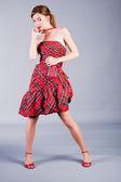 Sladká dívka v červených šatech — Stock fotografie