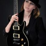 Blondine mit einer Gitarre — Stockfoto