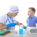 arts toonde de jongen hoe maak je een injectie — Stockfoto