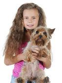 Belle fille avec un chien dans ses bras. — Photo