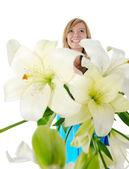 Gaie jeune femme avec des fleurs. — Photo
