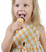 Dziewczynka jedzenie lodów. — Zdjęcie stockowe