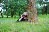 Man in the green park — Stockfoto