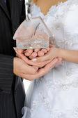 Dům v rukou novomanželů — Stock fotografie
