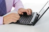 Ruce na klávesnici pro laptop. — Stock fotografie