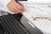 Mãos de pessoa de negócios trabalhando com documento — Foto Stock