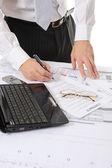 Mani di persona di affari lavorando con documento — Foto Stock