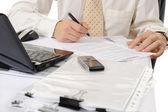 Biznes człowiek rąk do pracy z dokumentem — Zdjęcie stockowe