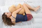 Mujer joven con el oso de peluche — Foto de Stock