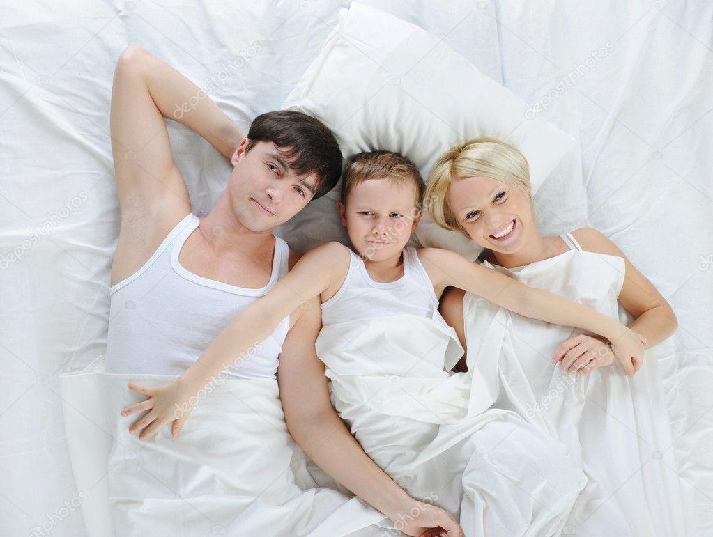 Семейное фото в постели 21 фотография