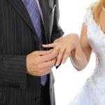 ženich nosí prsten nevěsta — Stock fotografie