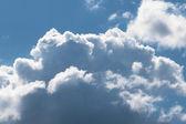 Mooie witte pluizige wolken in het blu — Stockfoto
