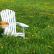 cadeira branca com chapéu de palha — Foto Stock