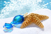 Blue goggles on a white towel — Stockfoto