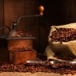 Antique coffee grinder with beans - Stockfoto