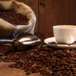 Coffee cup with burlap sack of roasted beans - Foto Stock