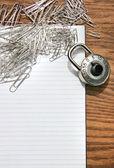 Biały pad z spinacze do papieru, blokada szkoły — Zdjęcie stockowe