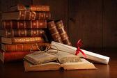 Stapel van oude boeken met een bril op bureau — Stockfoto